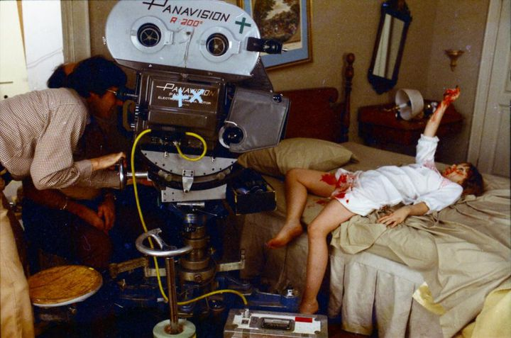 "William Friedkin filme Linda Blair sur le tournage de ""L'Exorciste"" en 1973. (UFO DISTRIBUTION)"