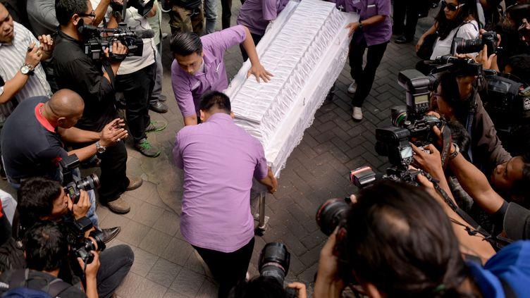 Des employés de la morgue transportent le cercueil du Brésilien Rodrigo Gularte, exécuté, mercredi 29 avril 2015, à Jakarta (Indonésie). (BAY ISMOYO / AFP)