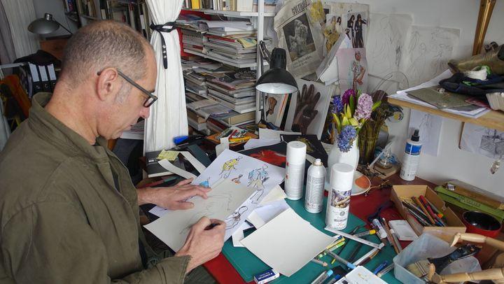 Gustavo Lins dans son studio de création parisien, avril 2018  (Corinne Jeammet)