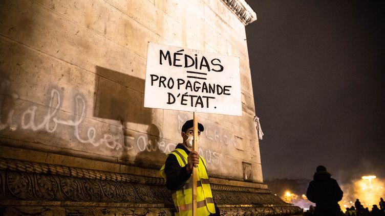 """Un """"gilet jaune"""" à l'Arc de triomphe, le 1er décembre 2018 à Paris. (LAURE BOYER / HANS LUCAS)"""