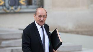Jean-Yves Le Drian quitte l'Elysée, à Paris, le 13 avril 2016. (YANN BOHAC / CITIZENSIDE / AFP)