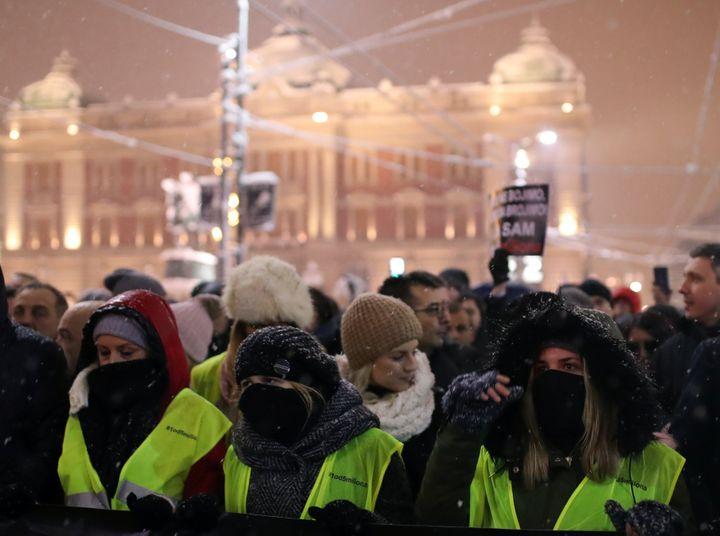 """Des manifestants en """"gilet jaune"""" à Belgrade, la capitale serbe, le 15 décembre 2018. (MARKO DJURICA / REUTERS)"""
