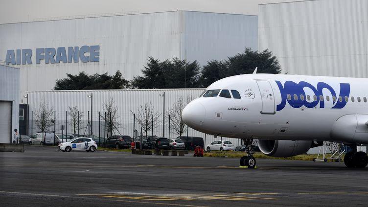 Un Airbus A320 aux couleurs de Joon, la nouvelle compagnie du groupe Air France, le 30 novembre 2017 à l'aéroport de Roissy (Val-d'Oise). (ERIC PIERMONT / AFP)