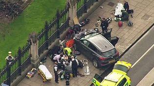 Capture d'écran d'une vidéo montrant une voiture encastrée dans les grilles du Parlement à Londres, le 22 mars 2017. (AP / SIPA)