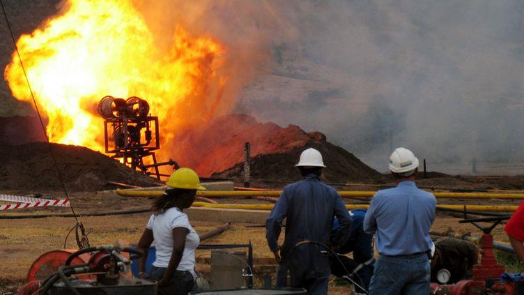 Premiers essais de torchage sur le puit de Waranga dans l'Ouest de l'Ouganda, le 28 juin 2006. Nous sommes dans la vallée du Rift. (HANDOUT . / X80001)