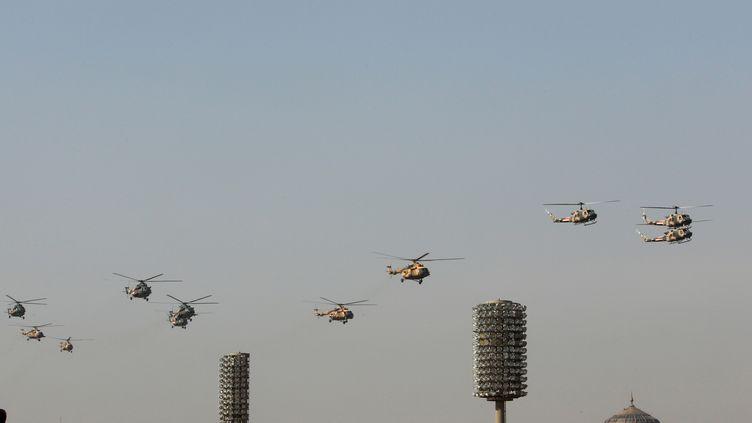 Des héicoptères irakiens dans le ciel de Bagdad, le 6 janvier 2012, lors d'une parade. (ALI AL-SAADI / AFP)