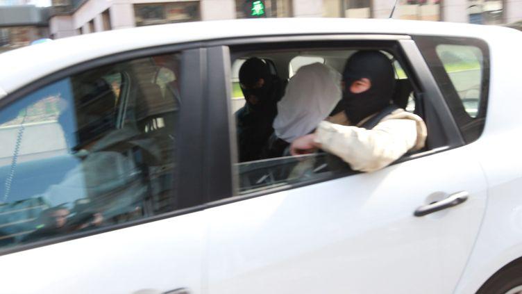 Abdelkader Merah, encadré de deux policiers lors de son transfert au siège de la Sous-direction antiterroriste, à Levallois Perret (Hauts-de-Seine) le 24 mars 2012. (PHOTO PQR / MAXPPP)