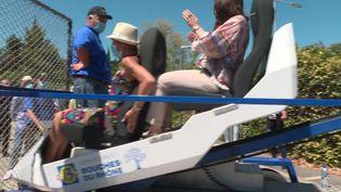 Deux employées de l'entreprise NGE sur un simulateur d'accident de la route. (France 3 Marseille)