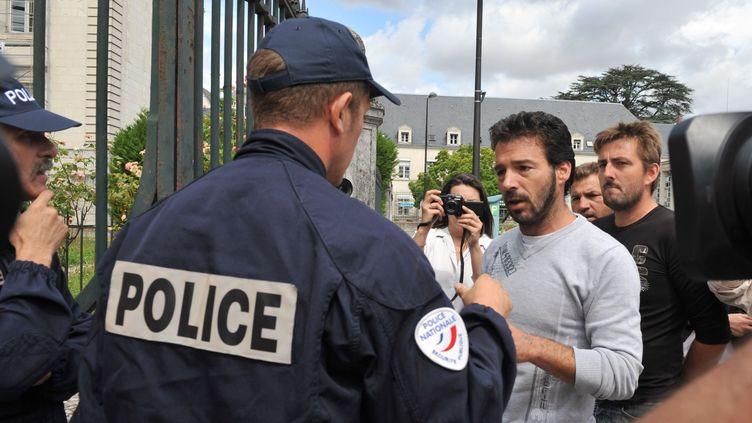Miguel Duquenet, le cousin de Luigi, le jeune gitan tué par un gendarme, arrive au palais de justice de Blois (Loir-et-Cher) pour se livrer, le 22 juillet 2010. (ALAIN JOCARD / AFP)
