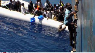 Depuis le cargoZeran en Méditerranée, un marin filme des migrants rescapés venant des côtes africaines, le 3 mai 2015 (AP / SIPA )