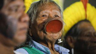 Le chef amérindien RaoniMetuktire, le 18 février 2020 à Brasilia (Brésil). (SERGIO LIMA / AFP)