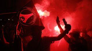Des supporters du PSG à Paris, le 18 août 2020. (GEOFFROY VAN DER HASSELT / AFP)