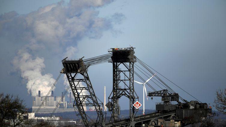 Vue de la mine à ciel ouvert d'Hambach, dans l'ouest de l'Allemagne. (INA FASSBENDER / AFP)