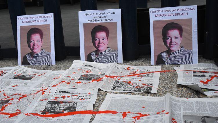 Un portrait de la journalisteMiroslava Breach,lors d'une manifestation organisée quelques jours après son assassinat, le 25 mars 2017 à Mexico. (CARLOS TISCHLER / NURPHOTO / AFP)