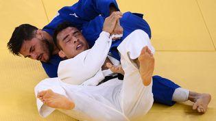 Le judoka Guillaume Chaine (-73 kg) face au Brésilien Eduardo Barbosa à Tokyo, le 26 juillet 2021. (FRANCK FIFE / AFP)