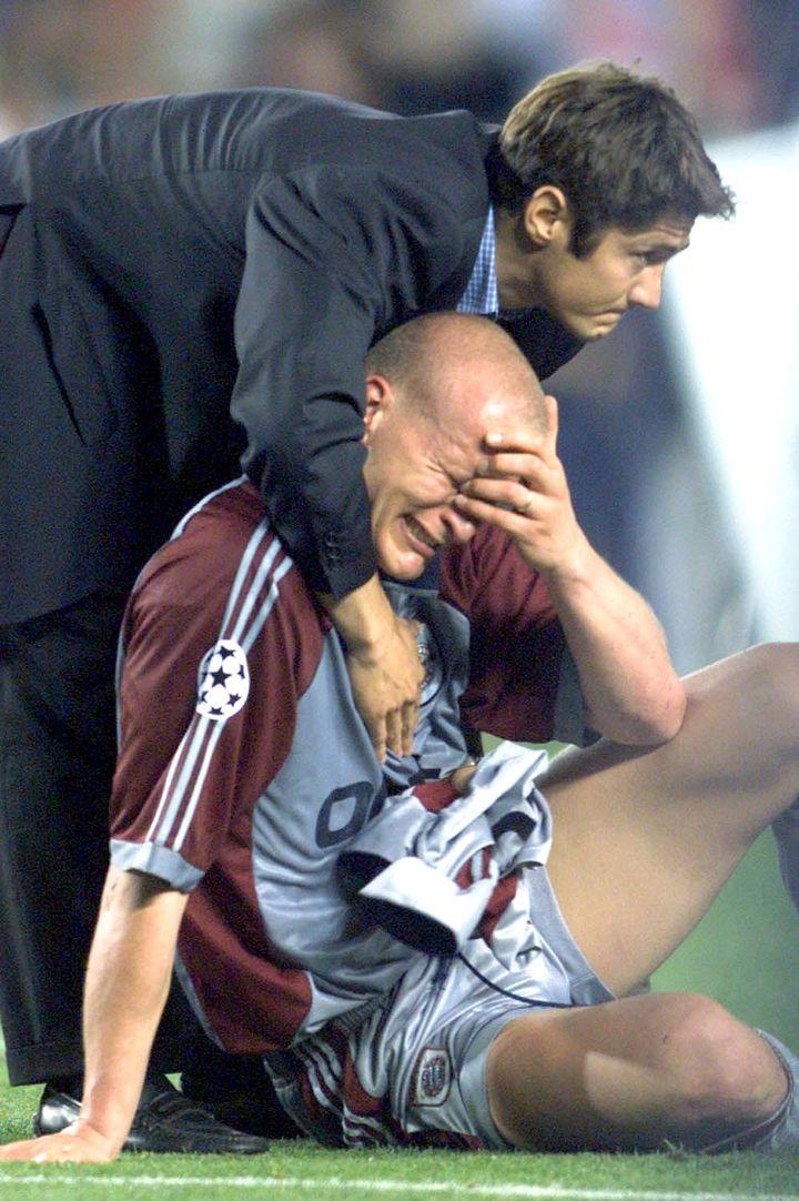 Les larmes de Janker séchées par Lizarazu en 1999. (PATRICK HERTZOG / AFP)