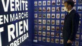 Le président de la République Emmanuel Macron inaugure le musée Dreyfus installé dans la maison d'Emile Zola à Médan (Yvelines), le 26 octobre 2021 (LUDOVIC MARIN / POOL)
