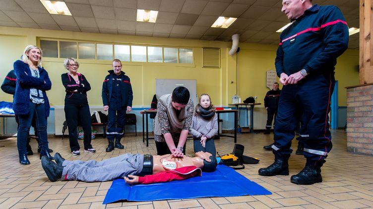 Une formation aux premiers secours dans un lycée à Arras (Nord),le 27 février 2016. (BONNIERE PASCAL / MAXPPP)