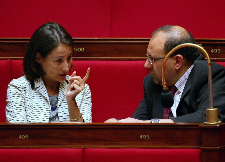 Ségolène Royal, alors députée des Deux-Sèvres, discute avec Julien Dray à l'Assemblée nationale, le 25 septembre 2006, quelques jours avant l'annonce de sa candidature à l'investiture socialiste. (JACQUES DEMARTHON / AFP)