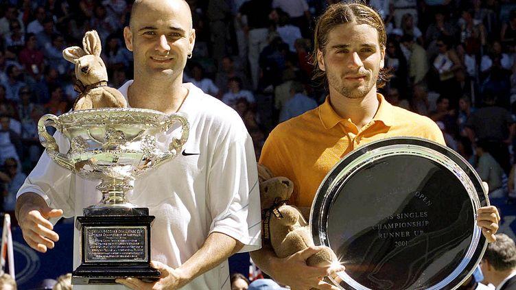 Andre Agassi (à gauche) et Arnaud Clément (à droite) après leur finale de l'Open d'Australie, le 28 janvier 2001. (GREG WOOD / AFP)