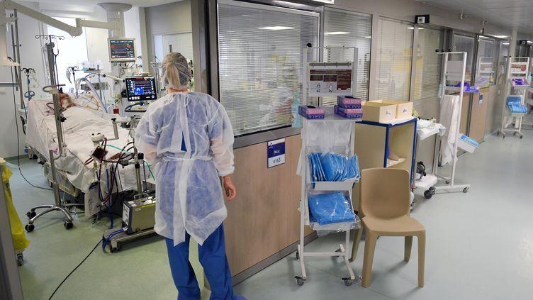 Illustration de la prise en charge d'un patient atteint du Covid-19 dans un service de réanimation. (NICOLAS TUCAT / AFP)