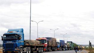 Des camions en transit font la queue pour passer les formalités douanièresau point de passage de la frontière entre le Kenya et la Tanzanie à Namanga, en Tanzanie, le 19 juillet 2019. (MONICAH MWANGI /REUTERS)