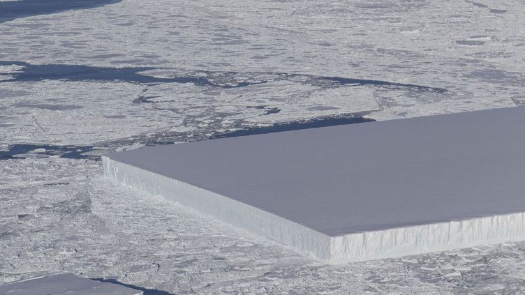 Un iceberg tabulaire a été repéré et photographié lors d'un vol de l'opération IceBridge de la Nasa, le 16 octobre 2018. (NASA / AFP)
