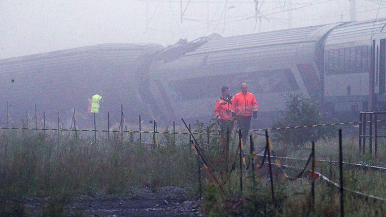 (Le train a rattrapé un convoi de marchandises qui le précédait sur la voie et l'a percuté par l'arrière, provoquant le déraillement de plusieurs wagons  © Virginia Mayo/AP/SIPA)