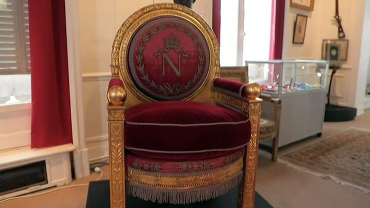 Le fauteuil trône de Napoléon 1er vendu à Fontainebleau  (S Pichavant France 3 Culturebox)