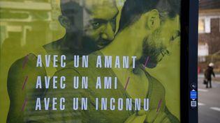 Affiche de la campagne de prévention contre le sida, au coeur de la polémique, dégradée et même censurée par certains maires. (DAMIEN MEYER / AFP)