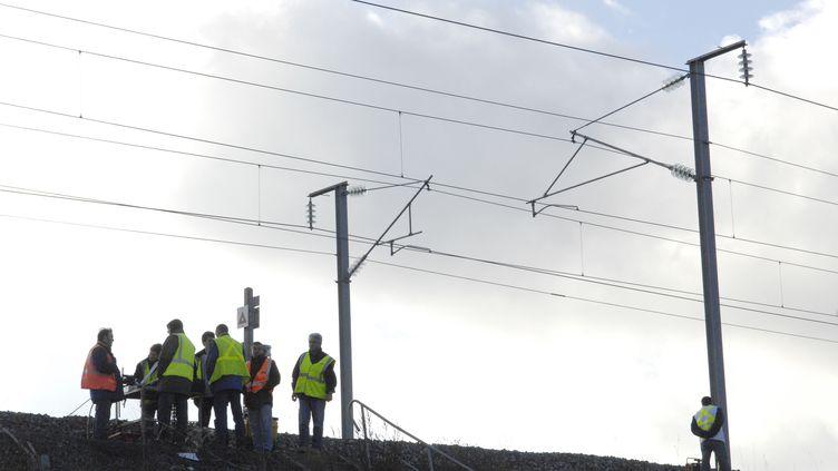 Des cheminots font des réparations sur la ligne TGV Est, après des actes de malveillance, le 27 novembre 2007 à Varreddes (Seine-et-Marne). (STEPHANE DE SAKUTIN / AFP)