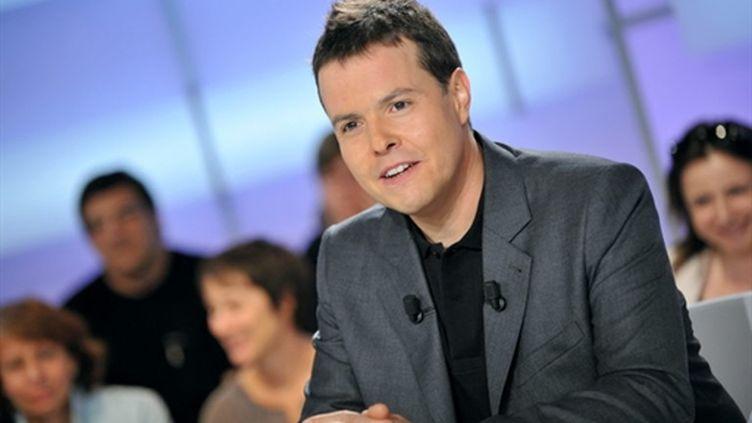 """Nicolas Demorand sur le plateau de son émission """"C politique"""", sur France 5. (AFP PHOTO MIGUEL MEDINA)"""
