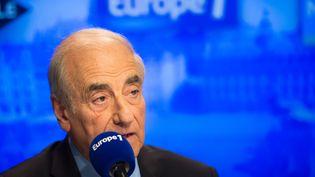 Jean-Pierre Elkabbach, le 27 octobre 2015 dans les studios d'Europe 1, à Paris. (PHILIPPE HUGUEN / AFP)