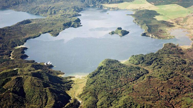 Le mont Tarawera et le lac Rotomahana, dans le centre de l'île du nord de la Nouvelle-Zélande, le 13 juin 2011. (GNS SCIENCE / EPA/GNS SCIENCE)