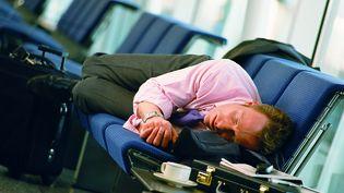 Les longs vols d'avions sont souvent synonymes de siestes intempestives, en raison du syndrome du décalage horaire. (GETTY IMAGES )