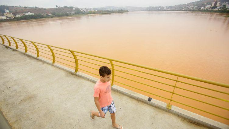 Un enfant passe près du Rio Doce, le fleuve chargée de boue toxique, à Colatina (Espirito Santo, Brésil), le 19 novembre 2015. (GABRIELA BILO / ESTADAO CONTEUDO / AFP)