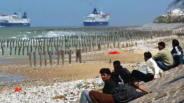 Près de Calais, des réfugiés du camp de Sangatte regardent des ferries s'éloigner. (Reuters)