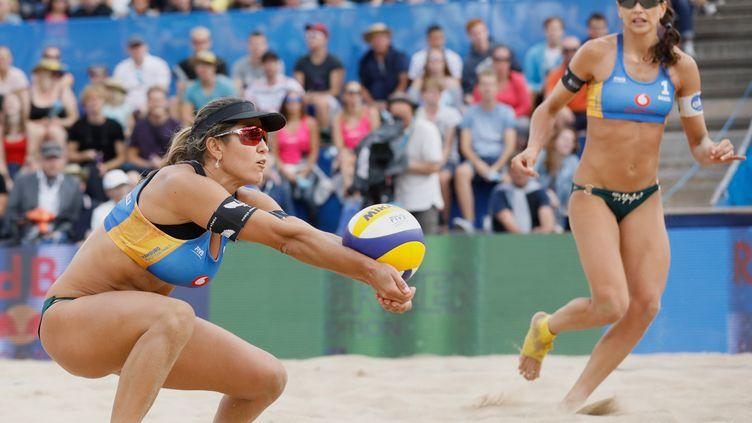 La championne de volley brésilienne,Carol Solberg (à gauche), lors d'un match de beach volley à Hambourg (Allemagne).  (PICTURE ALLIANCE / PICTURE ALLIANCE)