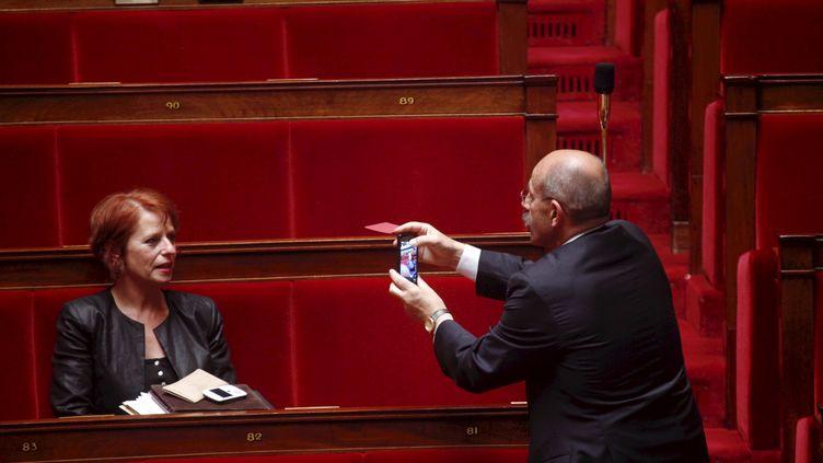 Un député prend en photo sa collègue dans l'hémicycle de l'Assemblée nationale lors de la rentrée parlementaire, le 26 juin 2012. (DENIS ALLARD / REA)