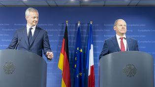 Bruno Le Maire (à gauche) et Olaf Scholz (à droite), les ministres de l'Economie et des Finances français et allemand en conférence de presse au siège du conseil de l'Union européenne, à Bruxelles le 25 mai 2018. (THIERRY MONASSE / DPA)