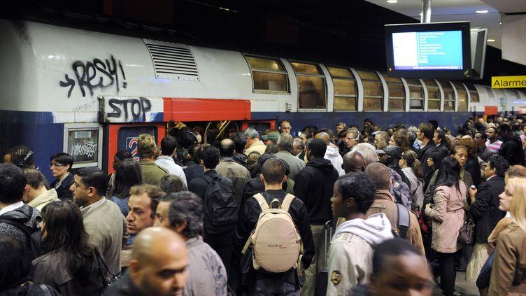 Pendant quelques heures, les lignes B et D du RER ont été interrompues lundi en raison du malaise d'un voyageur à Châtelet. (BERTRAND GUAY / AFP)