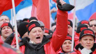 """""""Le fascisme ne passera pas"""", scandent des manifestants pro-Poutine, à Moscou (Russie), le 15 mars 2014. (VITALIY BELOUSOV / RIA NOVOSTI)"""