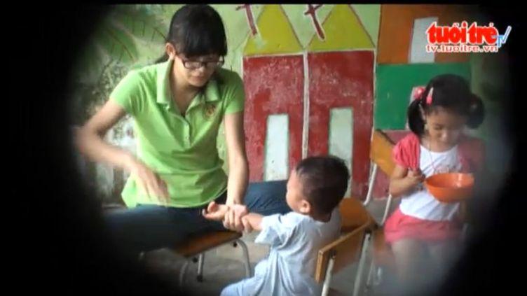 """Capture d'écran de la vidéo mise en ligne le 17 décembre 2013 par le quotidien vietnamien """"Tuoi Tre""""concernant des maltraitances dans une crèche d'Ho Chi Minh-Ville. (TUOI TRE / FRANCETV INFO )"""