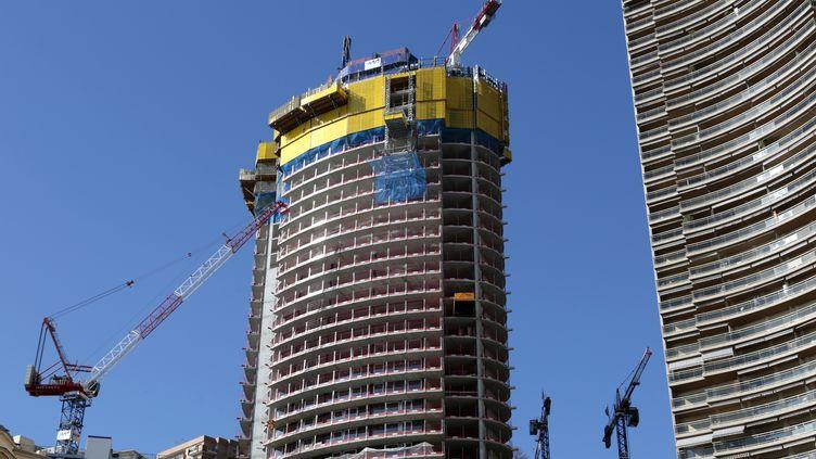 La tour Odéon en construction à Monaco, le 15 février 2013. Elle culminera à 170 mètres. (ERIC GAILLARD / REUTERS)