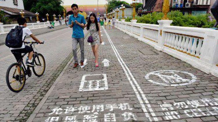 Les accros aux smartphones peuvent maintenant envoyer des textos en toute sécurité dans les rues de Chongqing. (IMAGINECHINA / STRINGER)