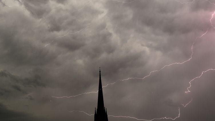 Des éclairs dans le ciel de Bordeaux (Gironde), le 4 juillet 2018. (NICOLAS TUCAT / AFP)