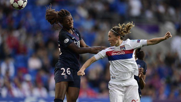 La joueuse du PSG Grace Geyoro et celle de l'OL, Camille Abily, pendant la finale de la Ligue des champions féminine en juin 2017. (JAVIER SORIANO / AFP)