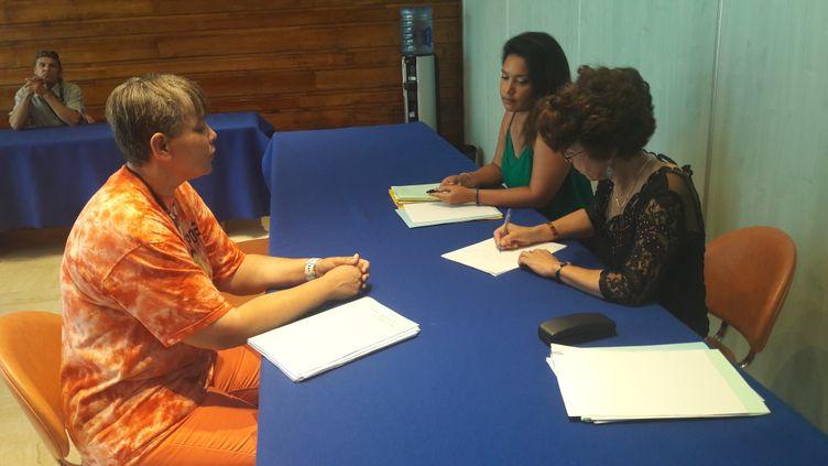 Maryse Ferragut est allée consulter son dossier au conseil départemental de La Réunion. (SANDRINE ETOA-ANDEGUE / RADIO FRANCE)
