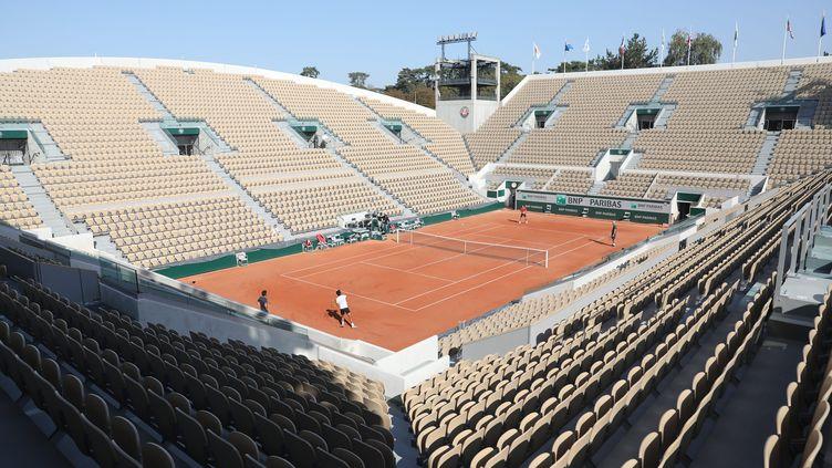 Le court Suzanne-Lenglen vide de spectateurs à quelques jours du début de Roland-Garros 2020, perturbé par le coronavirus (ARNAUD JOURNOIS / MAXPPP)
