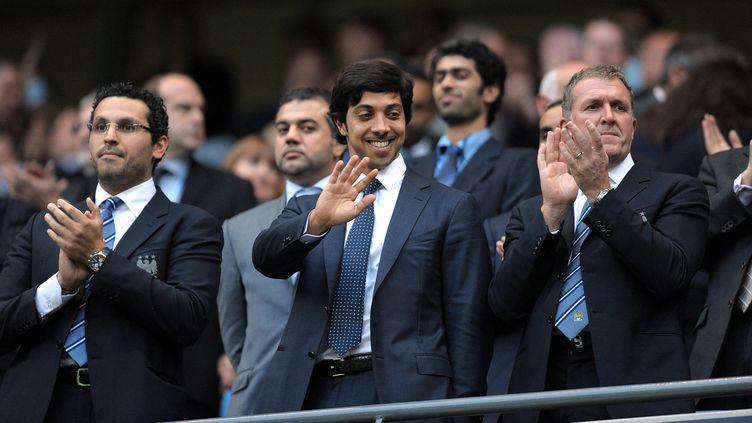 Mansour bin Zayed Al Nahyan (au centre),propriétaire émirati de Manchester City et d'une dizaine d'autres clubs de football à traversle monde, grâce à sa multinationaleCity Football Group. (ANDREW YATES / AFP)
